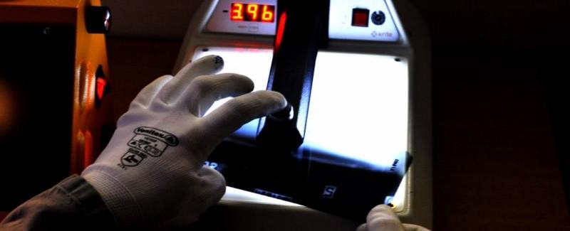 Le radiologue contrôle la qualité de la radiographie avant de réaliser l'interprétation